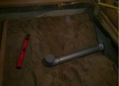 Труба слива укладывается в песчаную подушку
