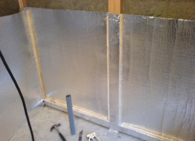 Дополнительная фиксация фольги рейками обеспечит более плотное прилегание к утеплителю