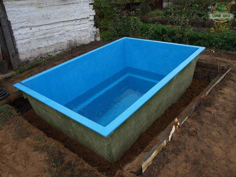 Заполнение купели водой, а зазоров между стенками ямы - песком