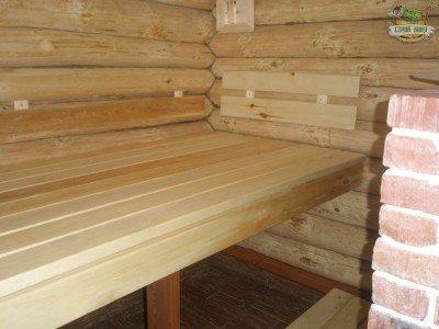 Деревянный полок обрабатывают защитным маслом