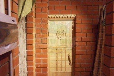 Для фиксации двери используется шариковая защелка