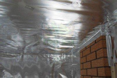 Фольга закреплена на потолке и стенах сауны