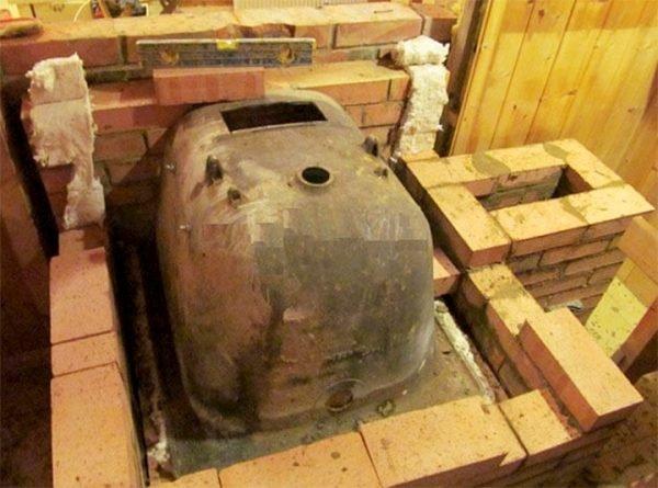 Старая чугунная ванна в процессе изготовления печи