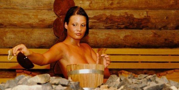 Девушка в бане льёт воду