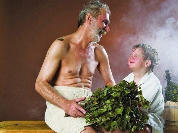 Дедушка и мальчик в бане с вениками