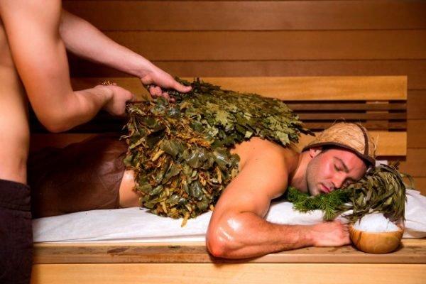 Мужчину парят вениками в бане