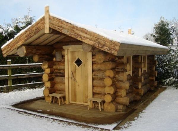 Мини-баня с массивной крышей