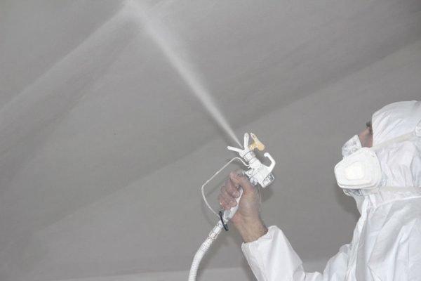 Покраска потолка с помощью распылителя