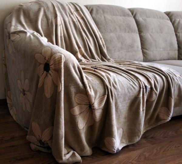 Старое покрывало на диване