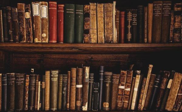 Старые книги на полке