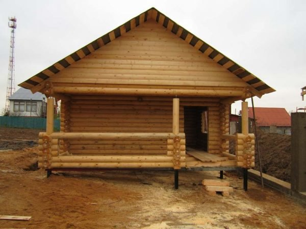 Деревянная баня на сваях