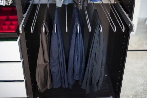 Хранение брюк и джинсов в мужском шкафу