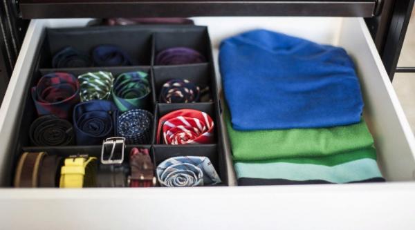 Хранение футболок, ремней и галстуков в мужском шкафу