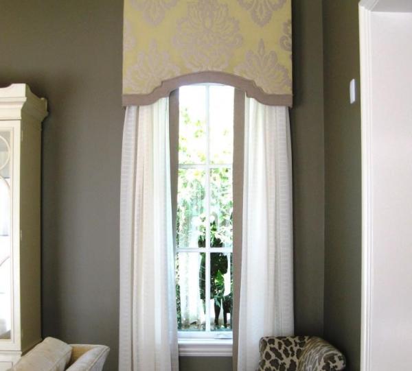 Карниз со шторами на узком окне