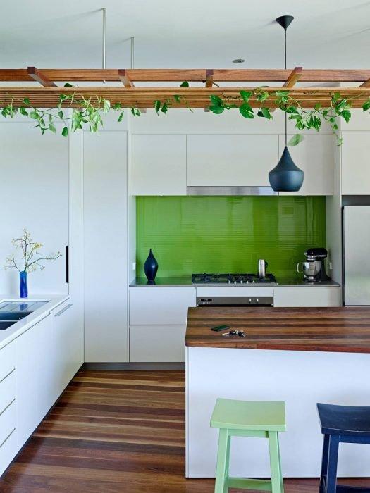 Дерево и бело-зелёный цвет в интерьере