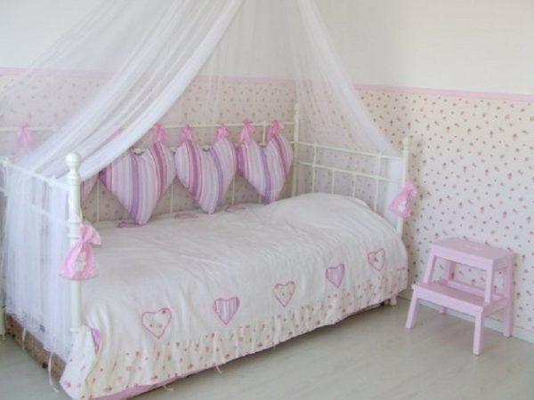 подушки на стену у кровати в детскую