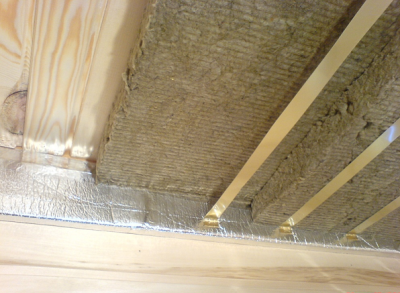 На потолок необходимо укладывать утеплитель в два слоя