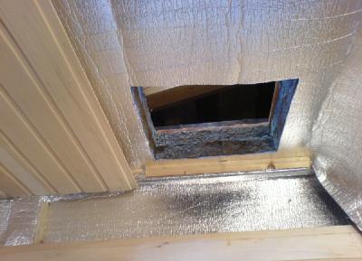После слоя фольги потолок обшивается деревянной вагонкой