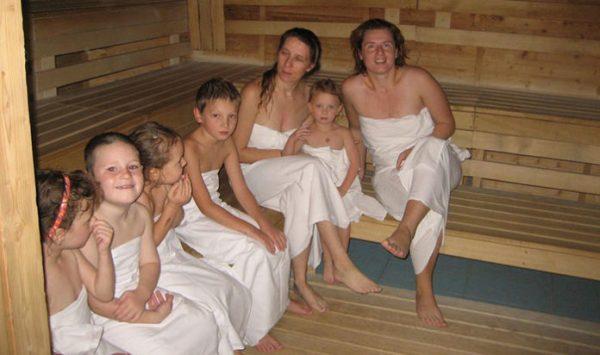 Большая семья в бане