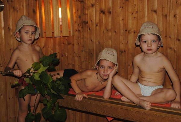 Ребята в бане проявляют недовольство