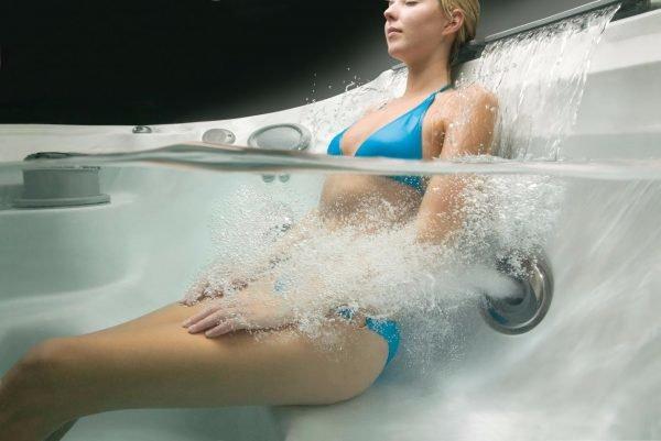Девушка в гидромассажной ванне