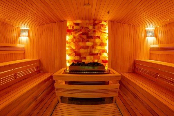 Стена из гималайской соли в бане