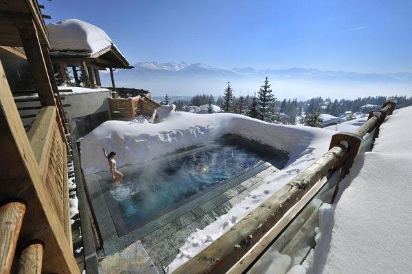 Бассейн с подогревом в Швейцарских Альпах
