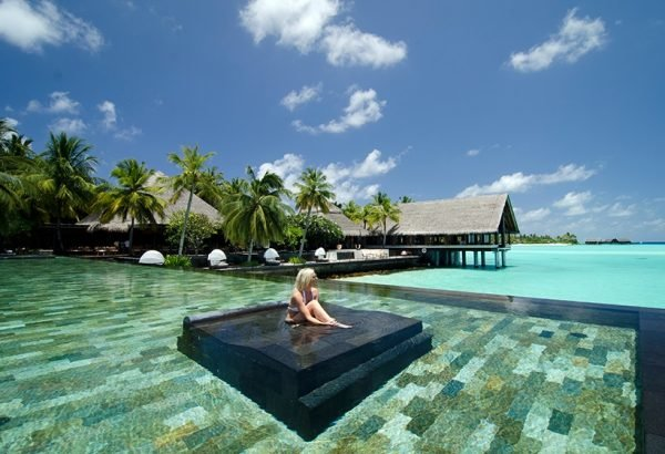 Панорманый бассейн в Reethi Rah One and Only Resort