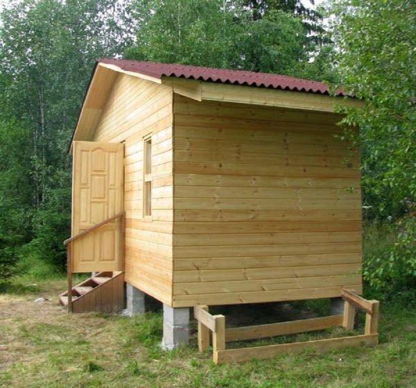 Квадратная баня с покатой крышей