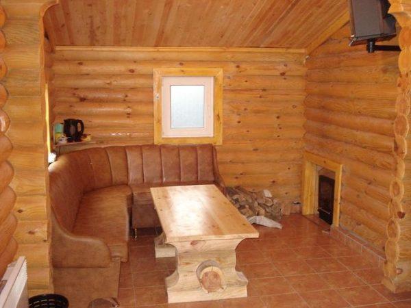 Угловой диван и стол в предбаннике