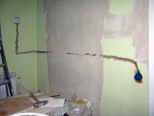 Канавка под проводку в стене