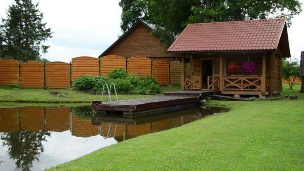 Маленькая баня возле пруда