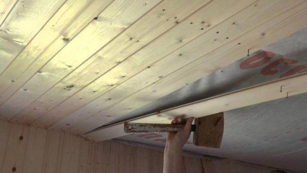Монтаж потолочного покрытия в бане
