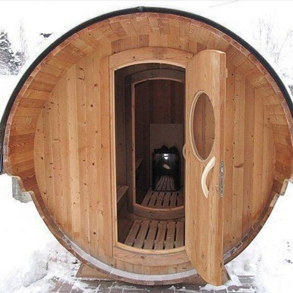 Банька из большой деревянной бочки для молока