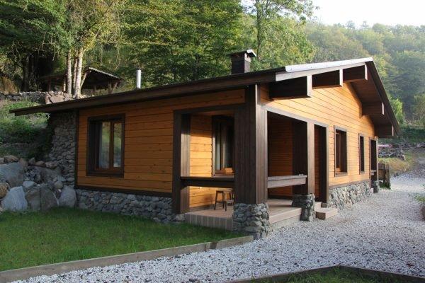 Гостевой дом с баней из бруса, оформленный каменной кладкой