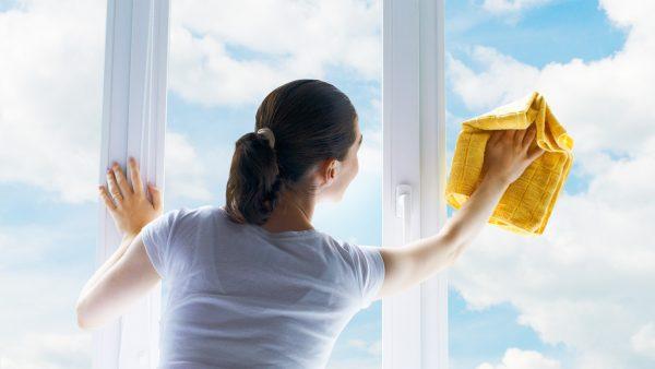 Протирание стёкол пластиковых окон