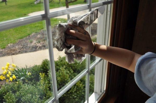 Мытьё окна газетами