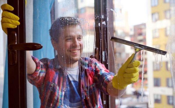 Удаление растора со стекла при помощи скребка