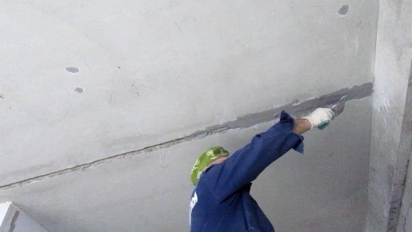 как заделать швы в потолке между плитами