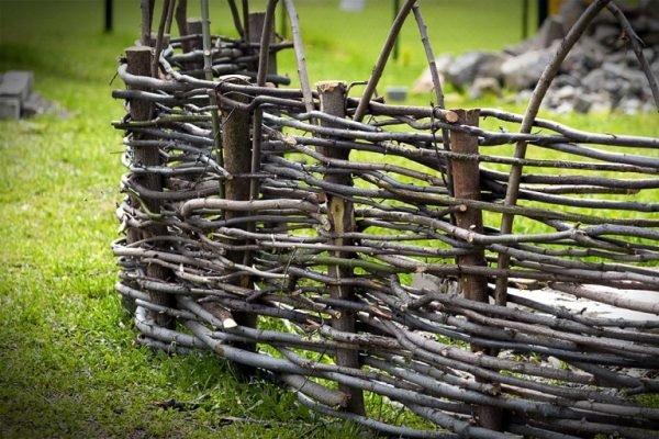 Плетёный забор из веток на даче