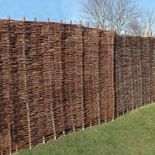 Плетёный забор из веток