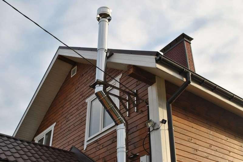 Практично или дёшево: что лучше — дымоход через стену или крышу