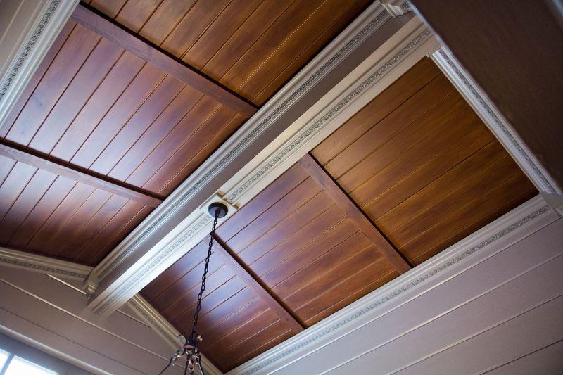 3 лучших способа заделать щели в деревянном потолке