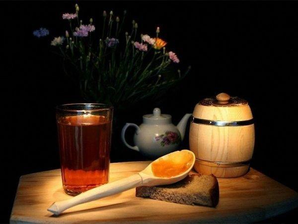 Хлеб и мёд на столе