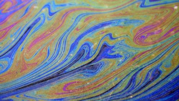 Радужная плёнка на воде