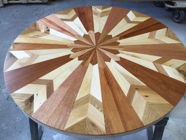 Круглая столешница из деревянной мозаики