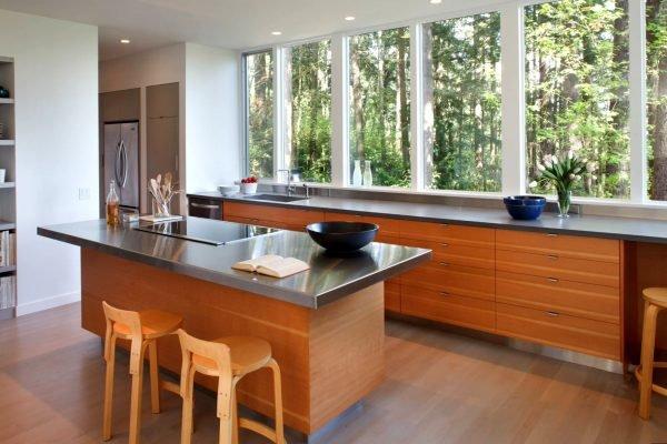 Плита и мойка в разных частях кухни