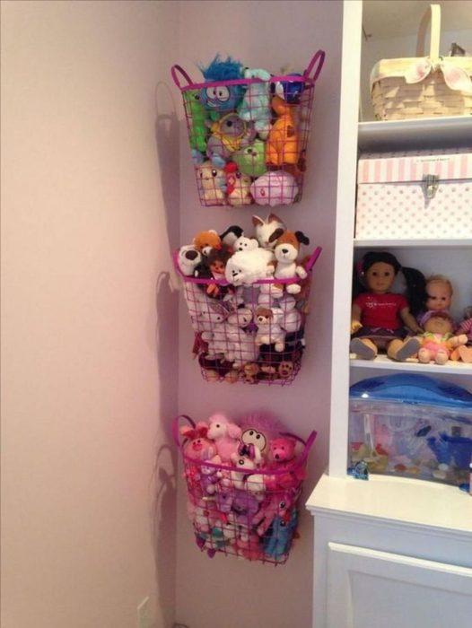 Корзины с игрушками на стене