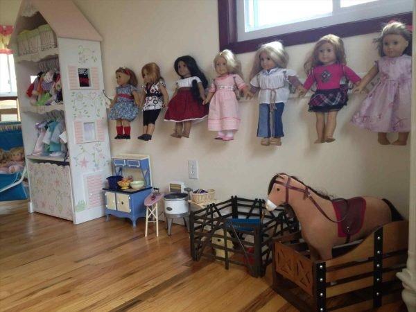 Настенное хранение кукол