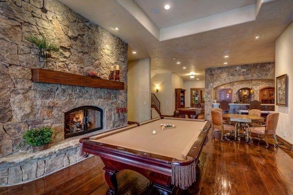 Гостиная с бильярдным столом в подвале